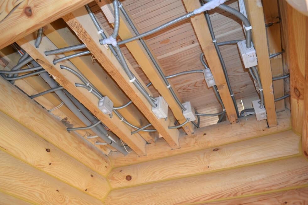 Деревянный дом: все об электропроводке в нём
